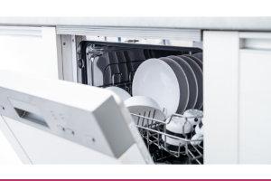 Bild einer offen stehenden Spülmaschine nach dem Waschvorgang | Catering Hannover