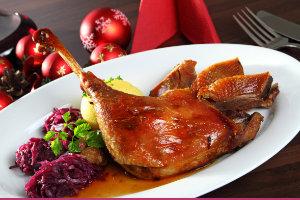 Weihnachtliche Mahlzeit bestehend aus Gans, Rotkohl und Kartoffeln mit einer dunklen Sauce | Catering Hannover